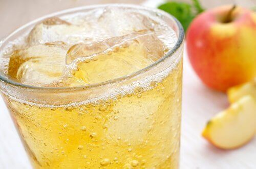 Lód w napojach – czy dodawanie go jest szkodliwe?