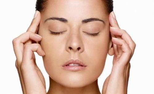 Delikatny masaż skroni
