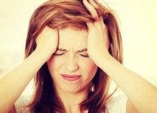 Kobieta doświadcza migreny
