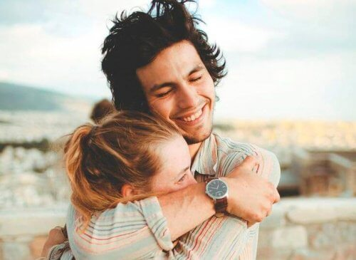 Obejmująca się para, a szczęśliwa starość