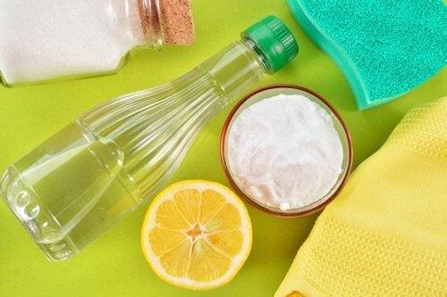 Ocet, cytryna i soda na czyste skarpetki