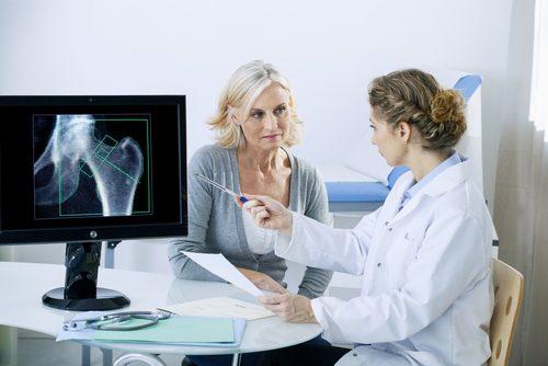 osteoporoza na zdjęciu, kobieta u lekarza