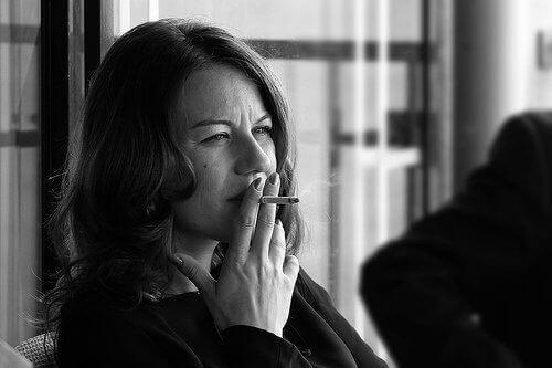 Szkodliwość tytoniu kobieta paląca papierosa