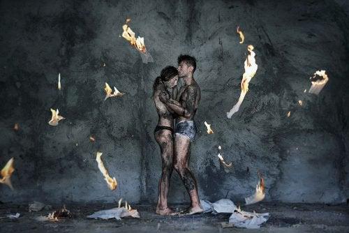 Para w ogniu - przywiązywać się boli