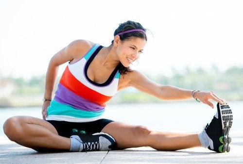 Kobieta rozciąga mięśnie