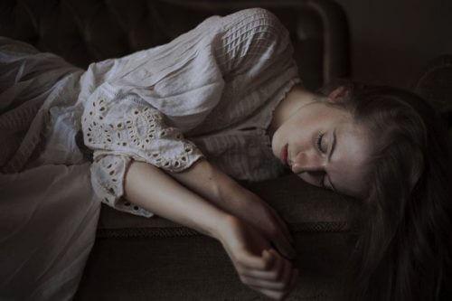 Smutna kobieta na łóżku