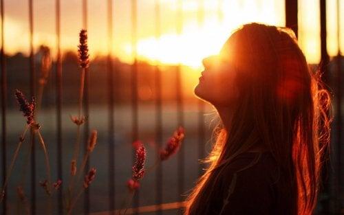 Kobieta na tle zachodu słońca