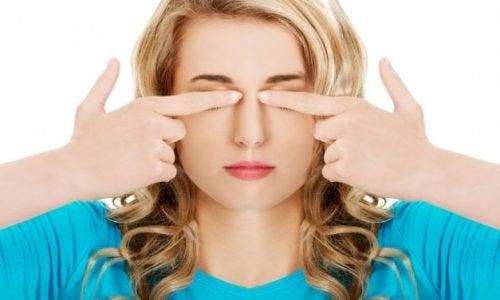Zmęczone oczy i ból głowy – skuteczne ćwiczenia