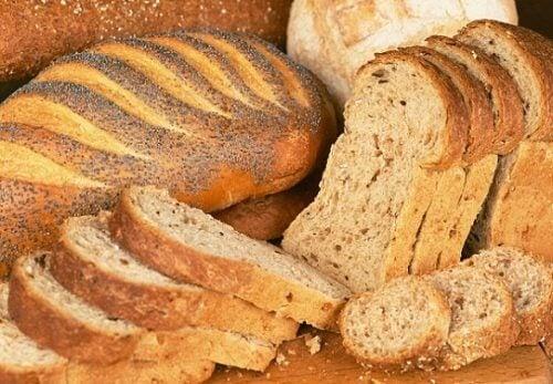 superfoods pełne ziarna i chleb pełnoziarnisty z makiem