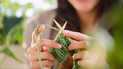 Kobieta robiąca na drutach