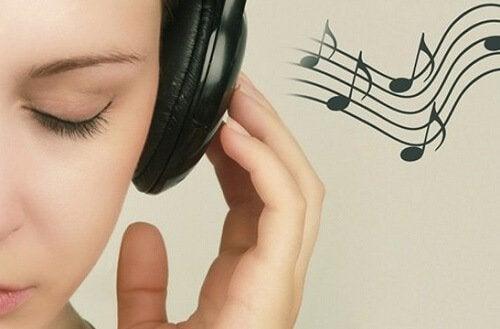 słuchawki na uszach