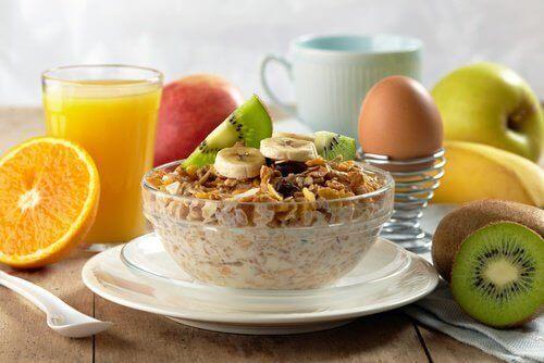 Zdrowe dietetyczne śniadanie> muesli, jajko, owoc