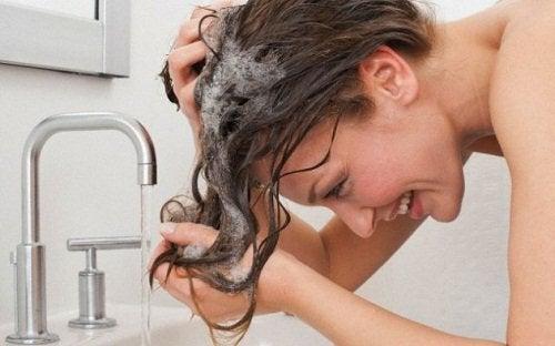 mycie tłustych włosów