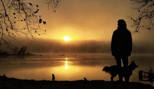 Kobieta samotna spogląda na jezioro