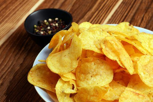 Chipsy na talerzu