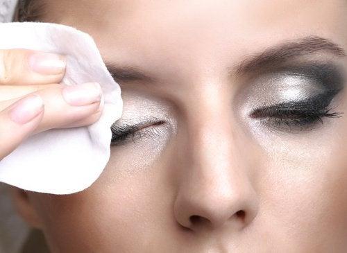 zmywanie makijażu oczu