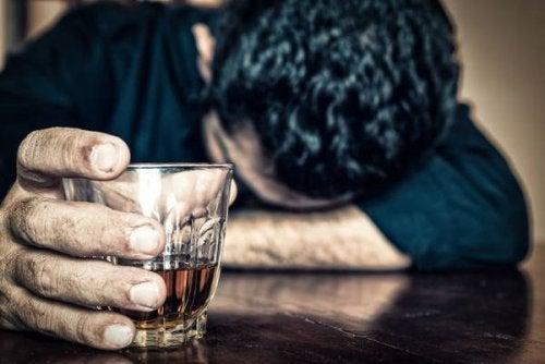 Drink w dłoni. Nie pij profilaktyka tętniaka