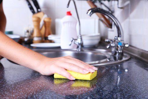 Mycie blatu gąbką do naczyń