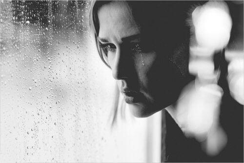 Kobieta ma łzy na twarzy