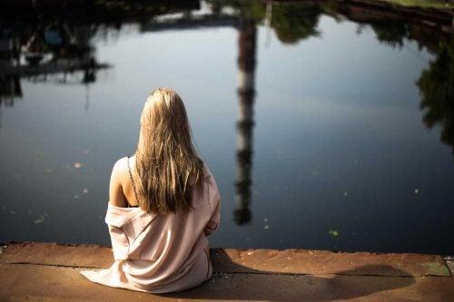 Kobieta odpoczywa nad brzegiem jeziora