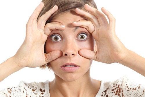 Kobieta pokazuje oczy