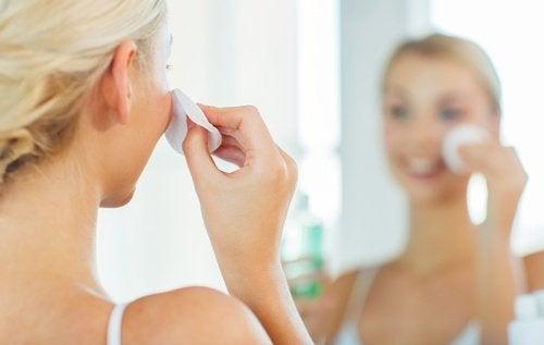 kobieta czyści twarz