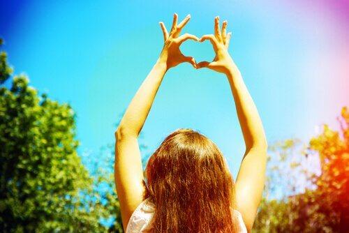 Kobieta robi serce z dłoni