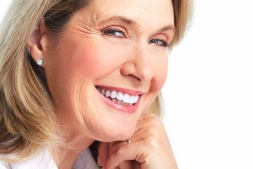 Uśmiechnięta kobieta - zmarszczki