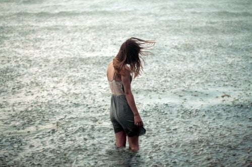 kobieta w morzy deszcz