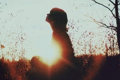 Typ samotnika, kobieta na łące