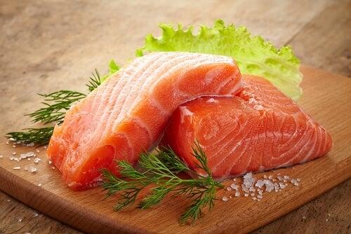 Łosoś zawiera omega 3 działa przeciwzapalnie