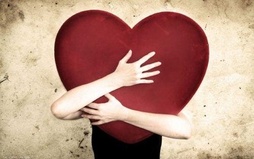 Mężczyzna przytula serce