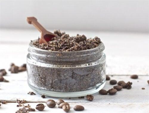 Mielona kawa i soda oczyszczona na zbędne owłosienie na twarzy