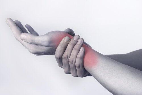 Nadwyrężony nadgarstek, bóle stawów