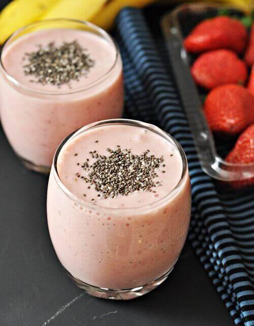 smoothie z truskawek i truskawki