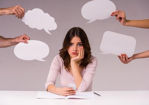 Kobieta fala pytań, głośne myślenie