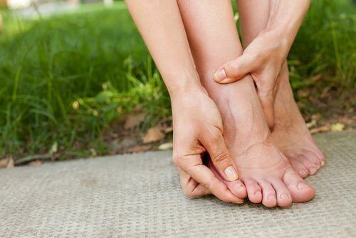 Opuchnięte stopy na trawie