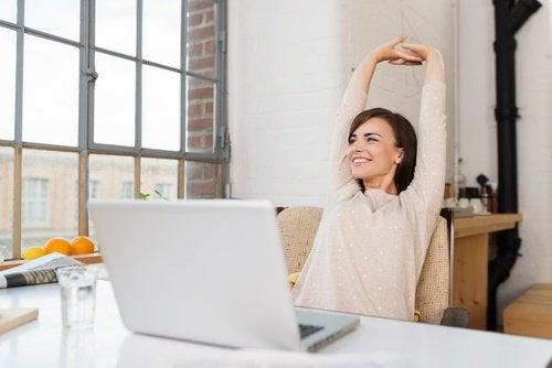 rozciąganie przy biurku wpływa na zdrowie kręgosłupa