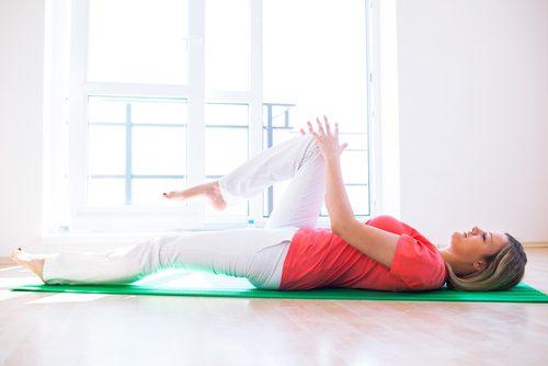 Kobieta ćwiczy aby uśmierzyć ból kolan