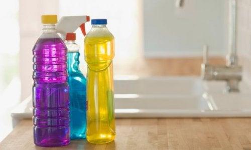 plastikowe butelki po środkach czystości