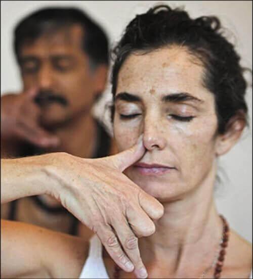 naprzemienne oddychanie przez nozdrza