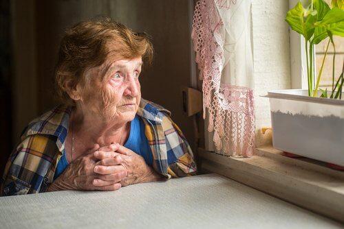 Babcia patrzy przez okno