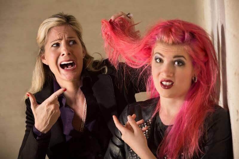 Matka przeżywa czerwony kolor włosów swojej córki