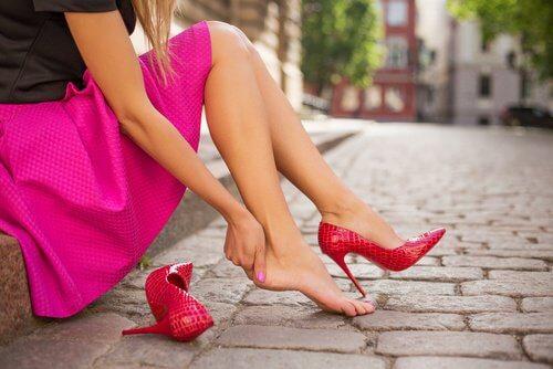 Kobieta zakłada buty na obcasach