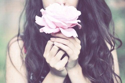 Kobieta trzyma kwiatek, być dobrym człowiekiem