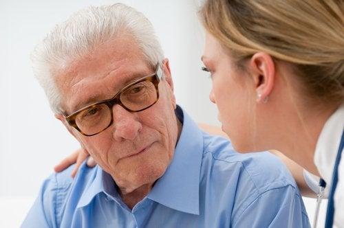 Starszy pan rozmawia z lekarzem