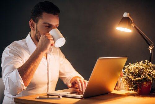 Praca złe nawyki nocą