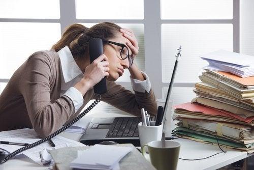 Kobieta rozmawia przez telefon. Stres