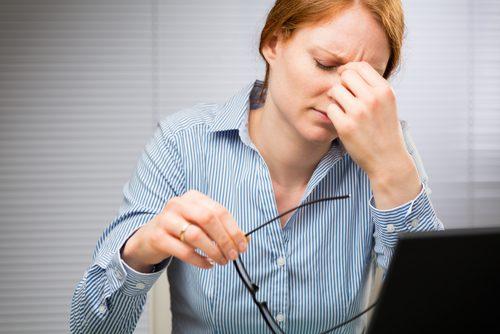 Kobieta cierpiąca na ból głowy