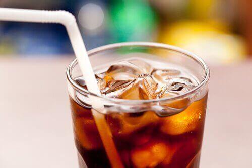 cola z lodem w szklance